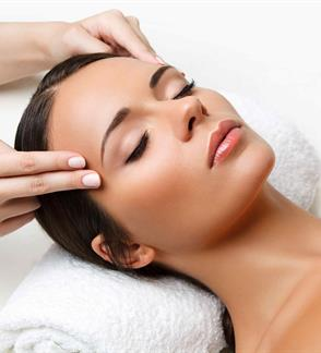 Facial massage-highlighting oval and lifting
